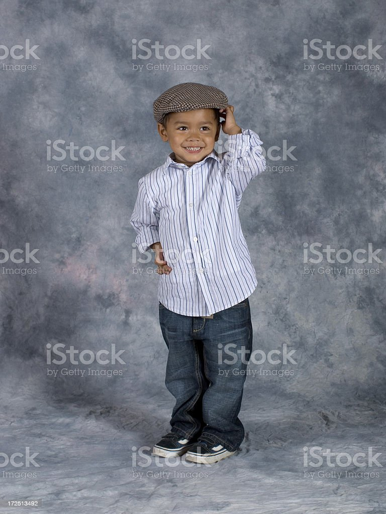 Asiatique garçon debout les mains sur le bonnet école Posture - Photo