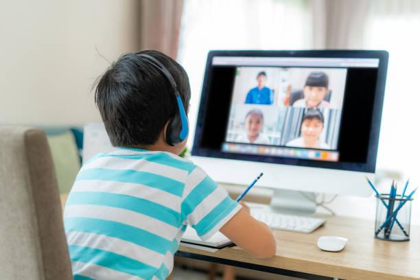 asiatiska pojke student videokonferens e-lärande med lärare och klasskamrater på datorn i vardagsrummet hemma. hemundervisning och distansutbildning, online, utbildning och internet. - digital device classroom bildbanksfoton och bilder