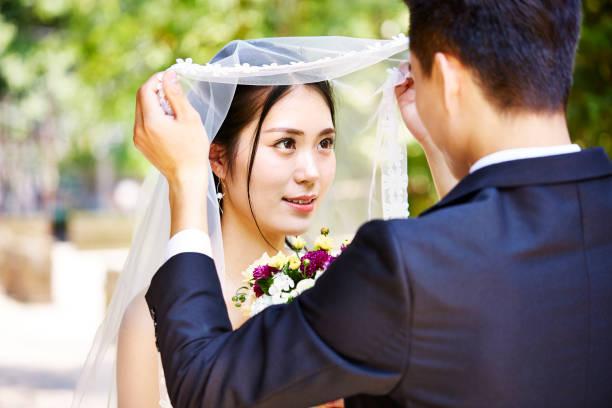アジアの花嫁と花婿 - 結婚式 ストックフォトと画像