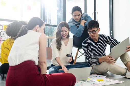 チームで打ち合わせしている様子|KEN'S BUSINESS|ケンズビジネス|職場問題の解決サイト