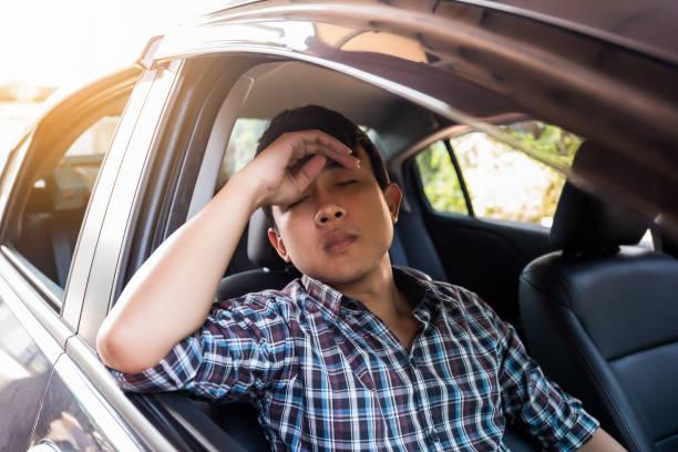 Asien-Geschäftsmann schlafen im Auto nach der harten Arbeit. – Foto