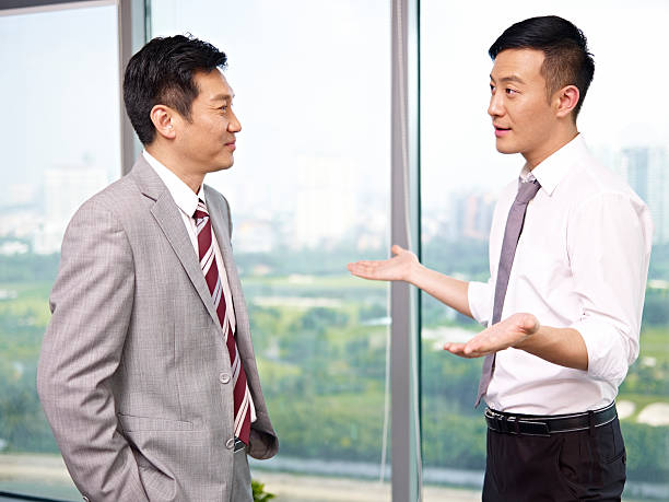 アジアビジネスの人々 - 談笑する ストックフォトと画像
