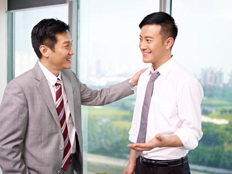 部下と上司の写真|KEN'S BUSINESS|ケンズビジネス|職場問題の解決サイト