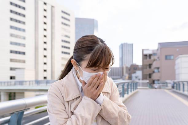 医療マスクを着用したアジアのビジネスマン、くしゃみ - くしゃみ 日本人 ストックフォトと画像