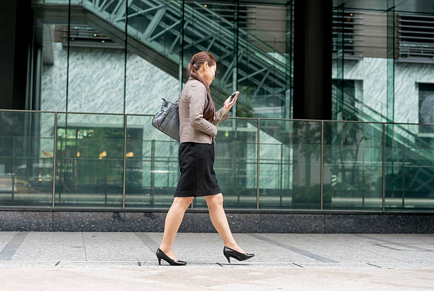 asian business woman outdoors - mp4 fotografías e imágenes de stock