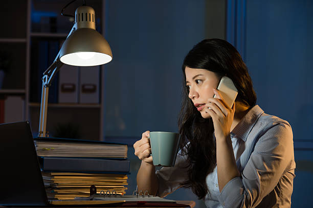 asian business woman talk on smartphone working overtime - porzellan druck stock-fotos und bilder