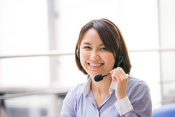 Asiatische Geschäftsfrau Gespräch mit headset im Büro Ihren – Foto