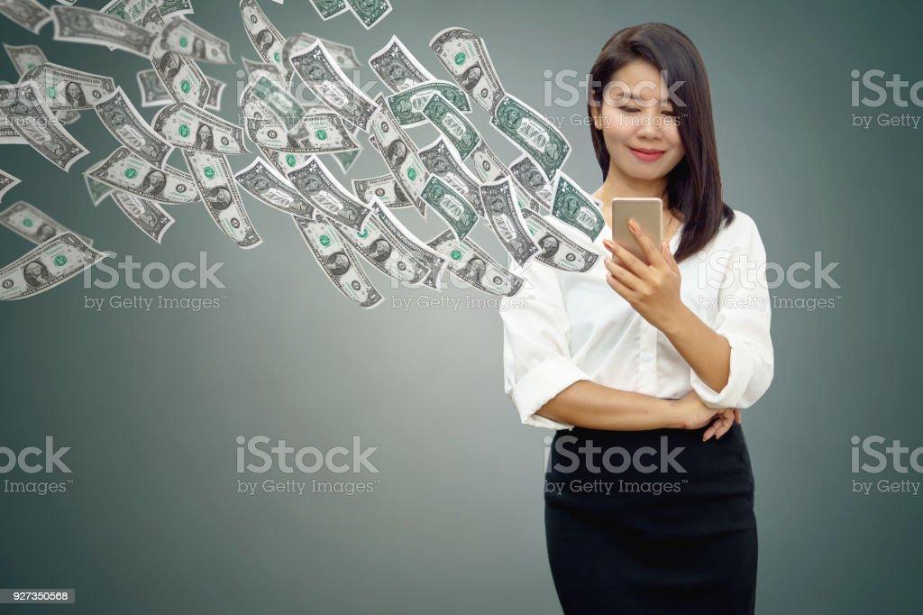 Asiatische Geschäftsfrau mit Ihrem Smartphone in der hand Geld verdienen online mit Banknoten in die Luft fliegen – Foto