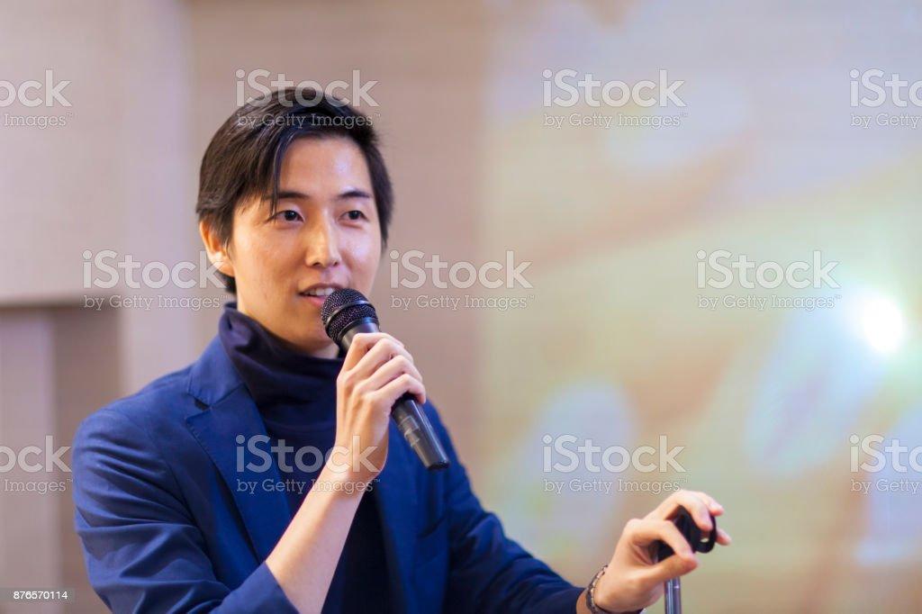 アジア系のビジネスマンを与えるプレゼンテーション ストックフォト