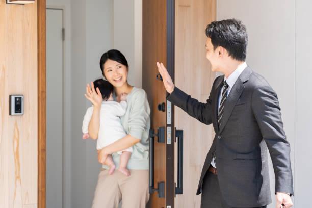 入り口でアジア系のビジネスマン - 玄関 ストックフォトと画像