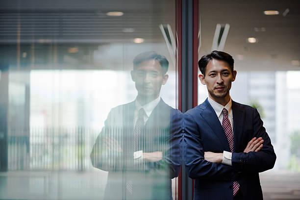 アジアのビジネスマン  - 腕組み スーツ ストックフォトと画像