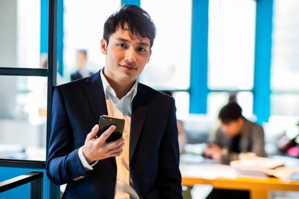 Asiatischer Geschäftsmann lächeln zu Ihnen – Foto