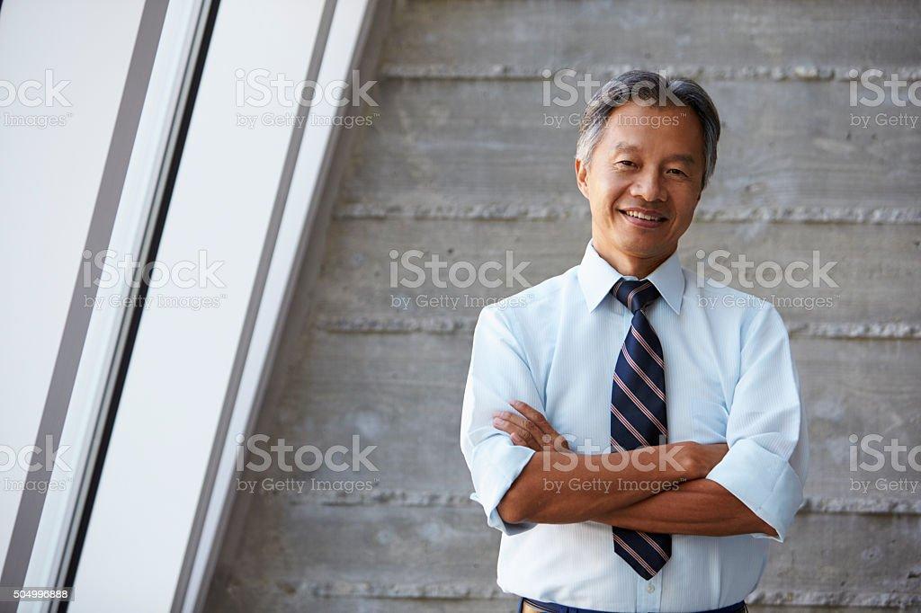 Asiatische Geschäftsmann, stehend im Büro In modernen der Wand abprallen – Foto