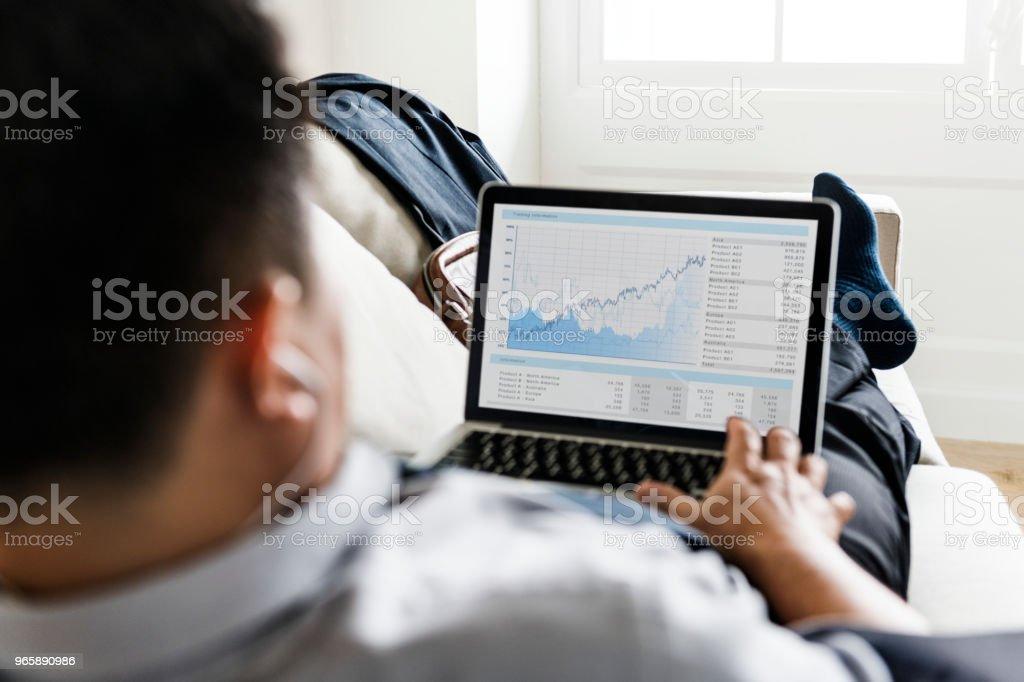 Aziatische zakenman nemen pauze opleggen van Bank - Royalty-free Aan het werk Stockfoto