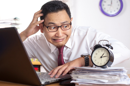 頭を抱えているビジネスマン|ケンズビジネス|職場問題の解決サイト