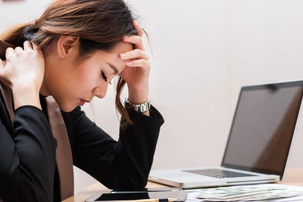 Asiatische Geschäftsfrau fühlen sich gestresst und ängstlich über ihre Arbeit. – Foto