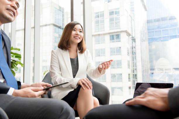 Asiatische geschäftsfrau Führer in einer Besprechung Arbeiten diskutieren – Foto