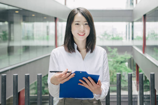 カメラを見てアジアの実業家 - オフィスワーク ストックフォトと画像