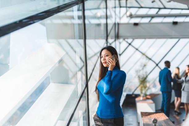 Asiatische Geschäftsfrau Telefonieren in der Boardroom – Foto