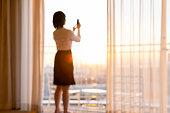 ホテルの部屋でリラックスしているアジアのビジネスウーマン