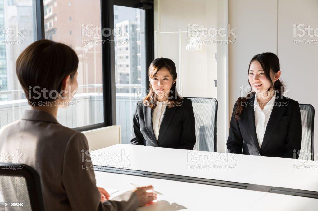 オフィスで働くアジアのビジネスウーマン - よそいきの服のロイヤリティフリーストックフォト