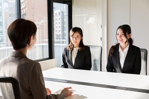 オフィスで働くアジアのビジネスウーマン - よそいきの服のストックフォトや画像を多数ご用意