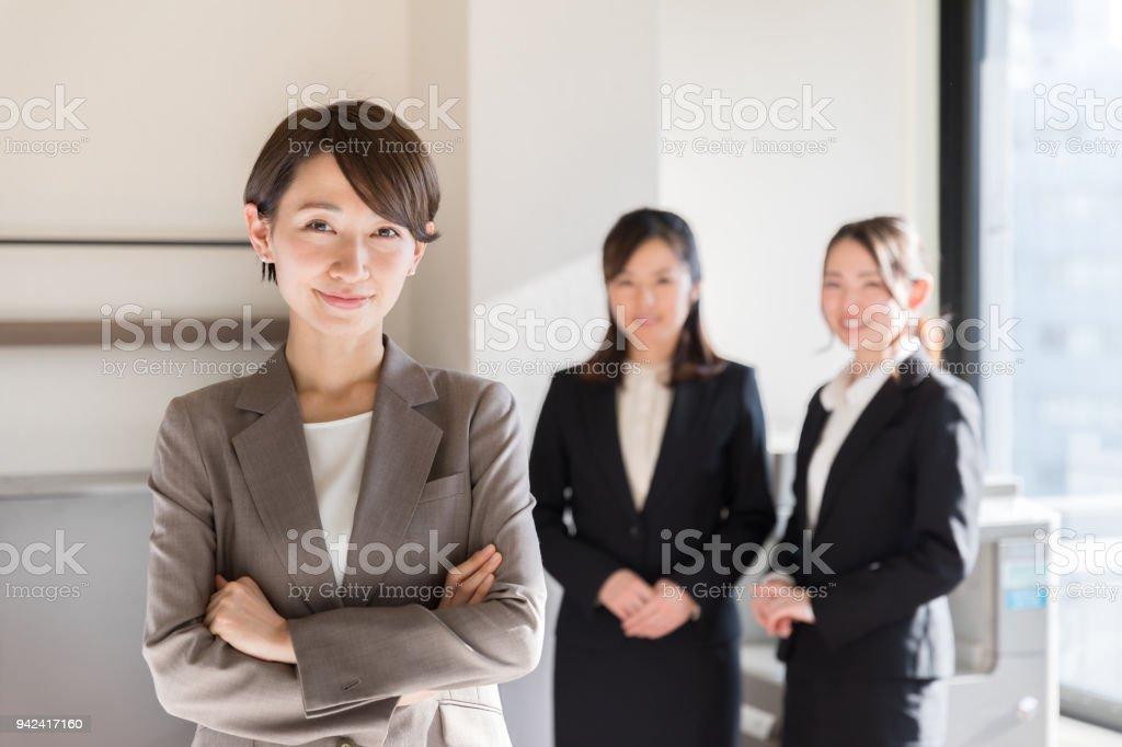 オフィスで働くアジアのビジネスウーマン ストックフォト