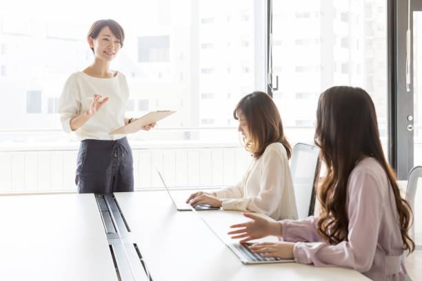 オフィスで働くアジアのビジネスウーマン - 教授 ストックフォトと画像