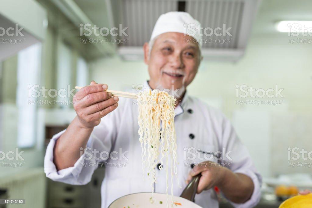 Asiatischer Koch bereitet Nudles im restaurant – Foto
