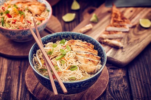 nouilles asiatique au poulet sauté - cuisine asiatique photos et images de collection