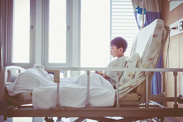 asiatische kind im krankenhaus zugelassen zimmer mit infusion-pumpe intrave - bett für jungs stock-fotos und bilder