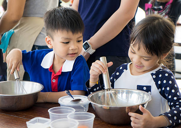 Asian Child are learning cooking in an educational cooking class. – Foto