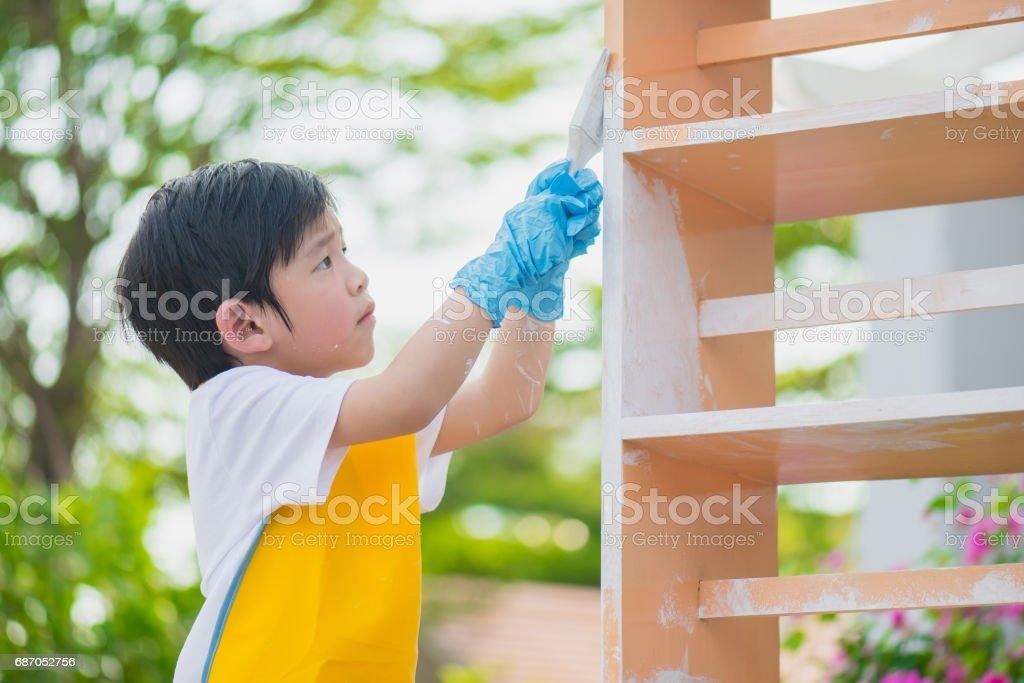 Asiatische Kind Paiting Holzregal im freien Lizenzfreies stock-foto