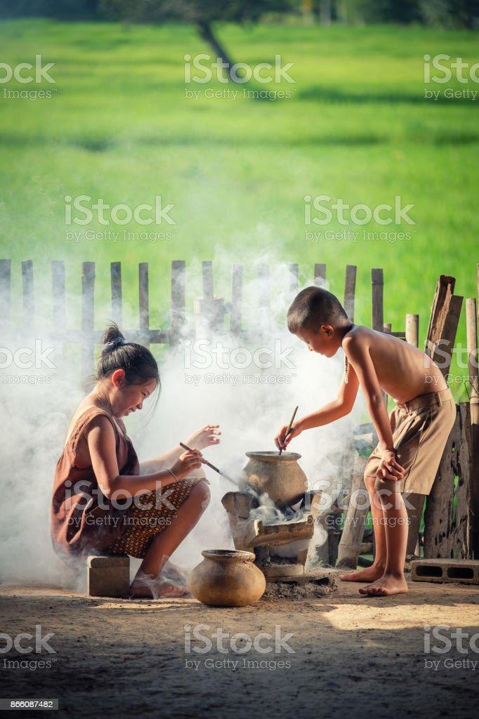 Asiatische Kinder Jungen und Mädchen sind in der Küche im Land von Thailand Kochen auf Land, Land Thailand leben. – Foto