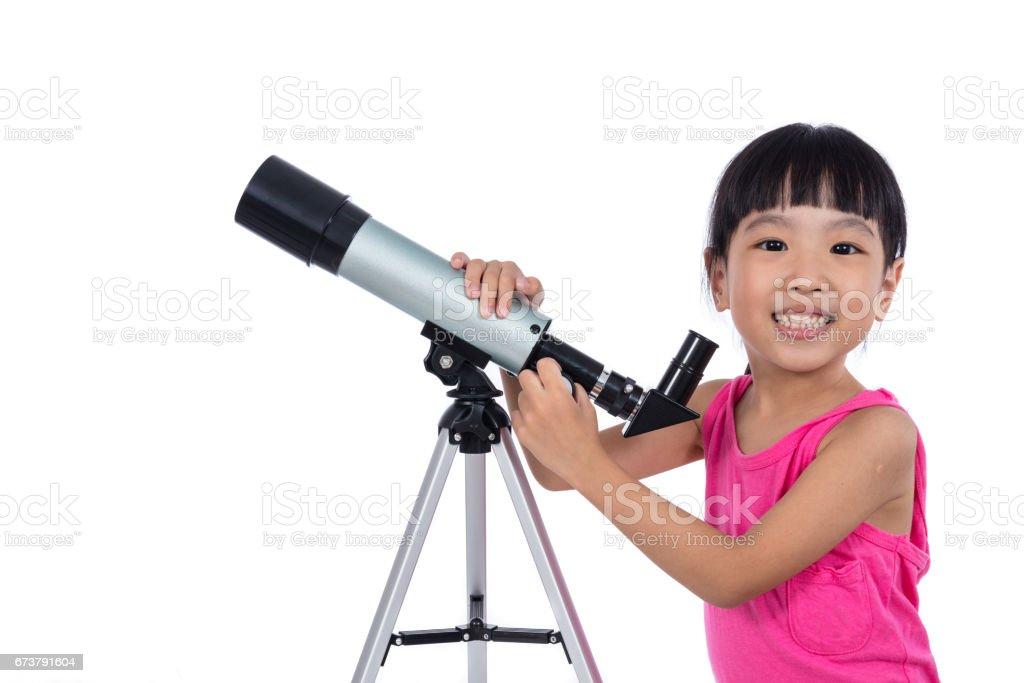 Asyalı Çinli küçük kız bir teleskop holding royalty-free stock photo