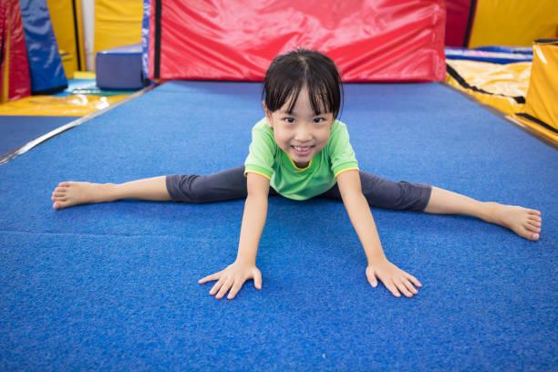 アジア中国小さな女の子が遊んで屋内 - 体操競技 ストックフォトと画像