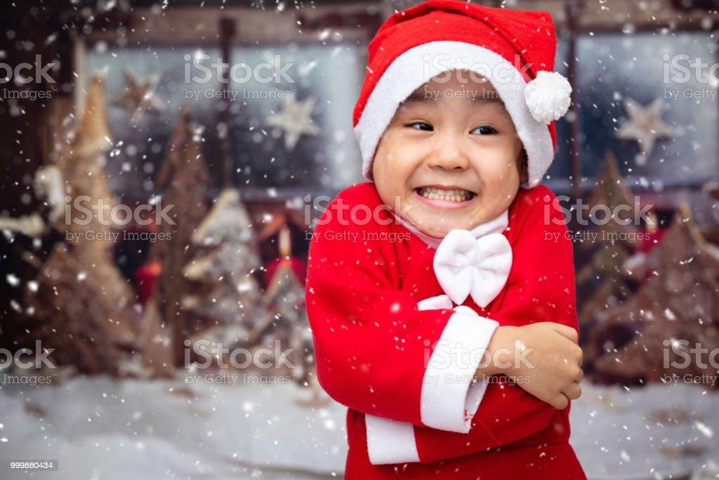 Asia China niña jugando con copos de nieve al aire libre - foto de stock
