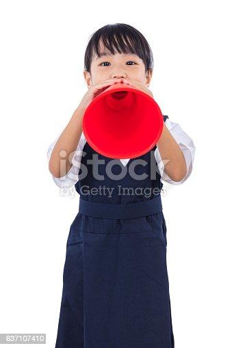 991060890 istock photo Asian Chinese little primary school girl holding retro megaphone 637107410