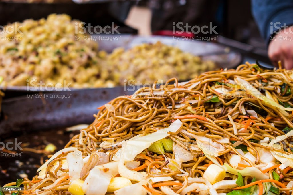 Macarrão chinês asiático em uma frigideira wok no mercado de comida de rua - Foto de stock de Almoço royalty-free