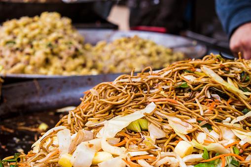 Foto de Macarrão Chinês Asiático Em Uma Frigideira Wok No Mercado De Comida De Rua e mais fotos de stock de Almoço