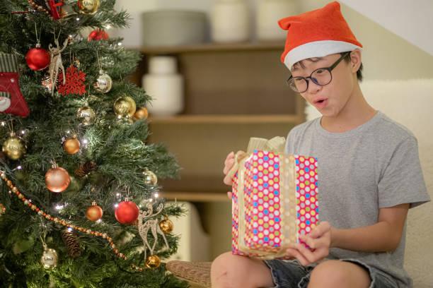asiatische chinesische teenager aufgeregt immer weihnachtsgeschenk - number 13 stock-fotos und bilder
