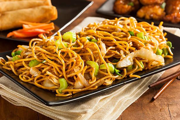 asian chow mein noodles - chinese cultuur stockfoto's en -beelden