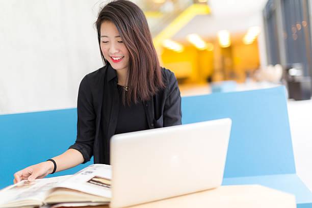 アジアの大学生に座って、ノートパソコンや書籍 - 大学生 パソコン 日本 ストックフォトと画像