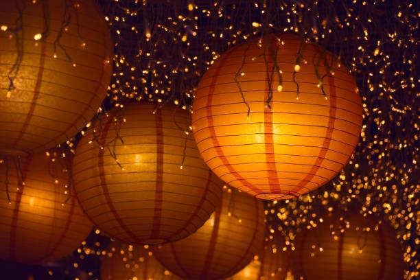 asian colorful paper lanterns at night - festival delle lanterne cinesi foto e immagini stock