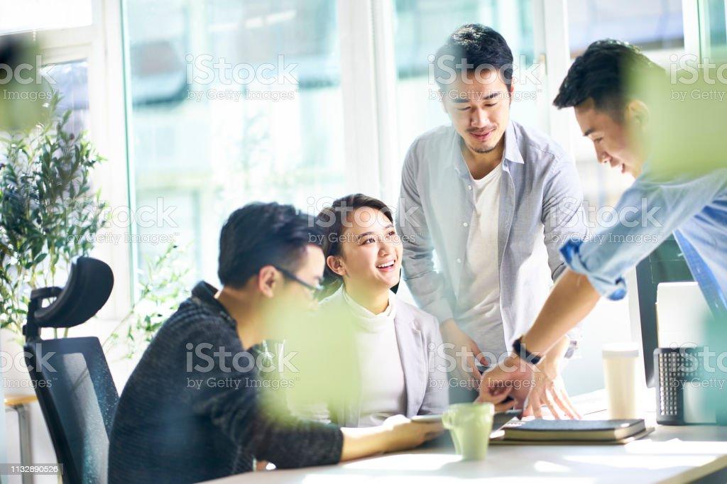 Ofis Asya kurumsal yönetici toplantısı - Royalty-free 20'lerinde Stok görsel