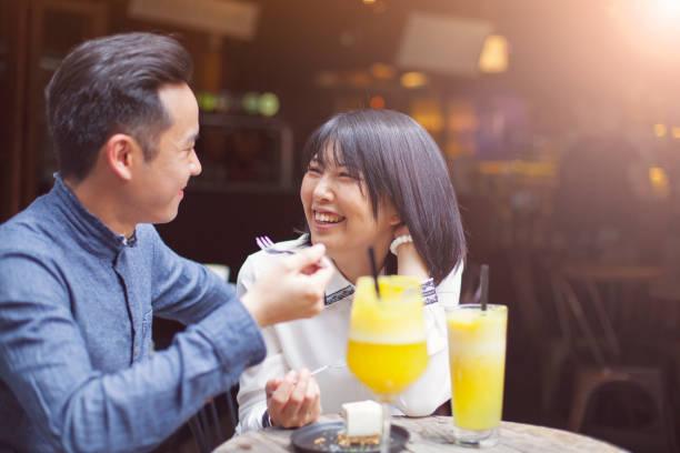 pareja asiática bebiendo café en café, taipéi, taiwán - happy couple sharing a cup of coffee fotografías e imágenes de stock