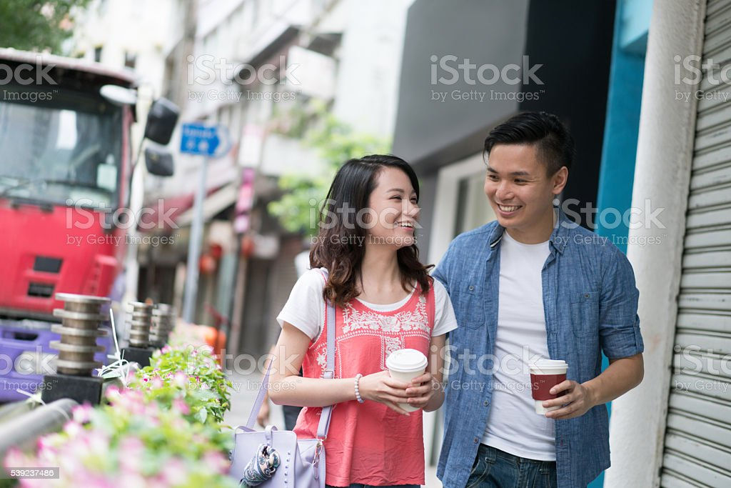 Asian couple drinking coffee on-the-go foto de stock libre de derechos