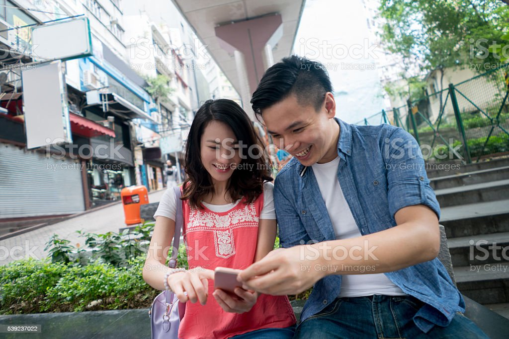 Asian couple social networking foto de stock libre de derechos