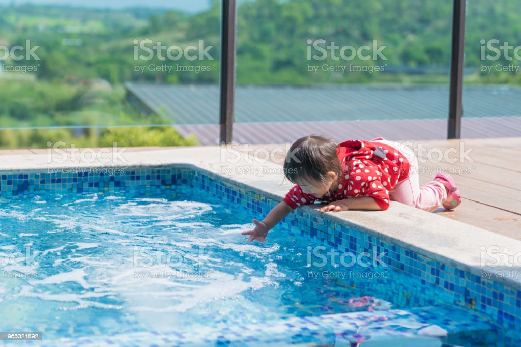 Asian cute girl kid want to play water in the pool. zbiór zdjęć royalty-free