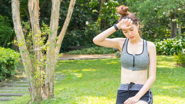cute asian sport gesund fit und feste schlankes teenies girl das gefühl müde müdigkeit krank krank oder verletzungen nach sport training und laufen im verschleiß - mit muskelkater trainieren stock-fotos und bilder